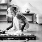 Amalie riggar för sändning på golvet med keyboard och dator.